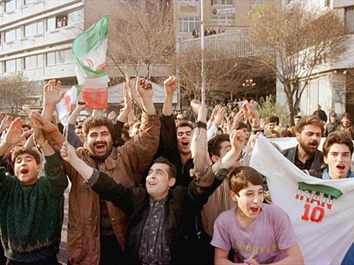 شادی مردم در خیابانها پس از راهیابی ایران به جام جهانی؛ ۸ آذر ۱۳۷۶/ عکس: اینترنت
