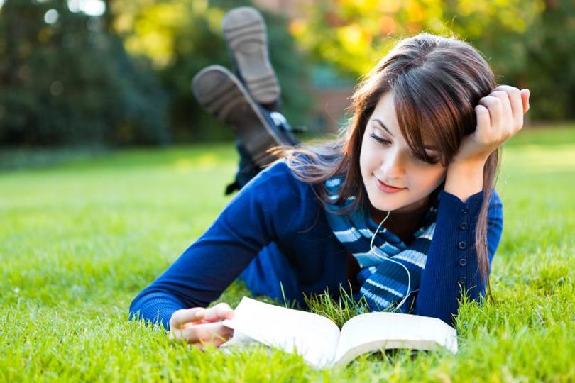 ۸ نکته برای اینکه چرا بهتر است «کتاب خواندن» را در برنامۀ روزانۀ خود قرار دهید