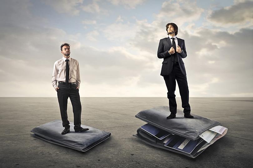 افزایش درآمد ــ دو مرد که روی کیفهای پول ایستادهاند؛ یکی پرپول و دیگری کمپول