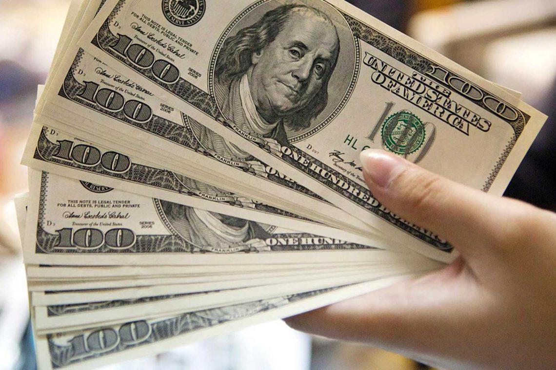 بانک جهانی دربارهٔ قیمت دلار و ارزش ریال چه گفت؟ ــ اسکناسهای ۱۰۰ دلاری آمریکا