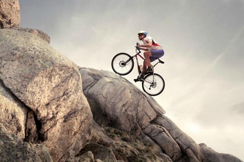 امنیتجو یا ماجراجو؟ ــ فردی که با دوچرخه در حال گذر از سربالایی کوهستان است