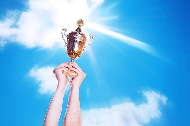 شالودهٔ موفقیت ــ دستانی که کاپ را به نشانهٔ پیروزی بالا بردهاند